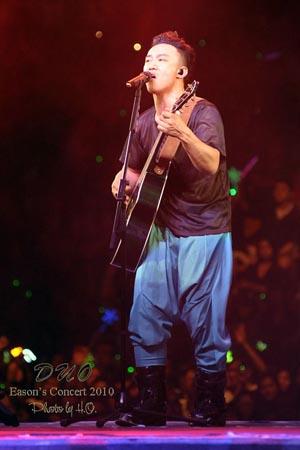 陈奕迅武汉演唱会_陈奕迅 把歌唱成了浮世绘图片