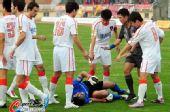 图文:[中超]南昌2-0胜青岛 刘震理痛苦倒地