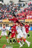 图文:[中超]南昌2-0胜青岛 双方争抢头球
