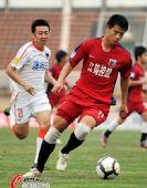 图文:[中超]南昌2-0胜青岛 邹仲霆带球突破