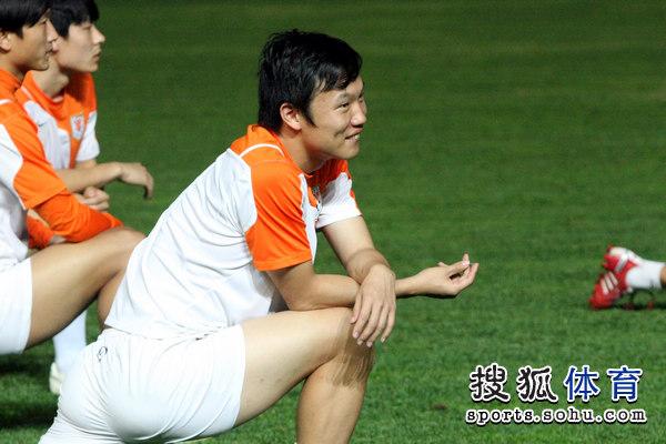 图文:[中超]山东备战河南 邓卓翔笑容满面