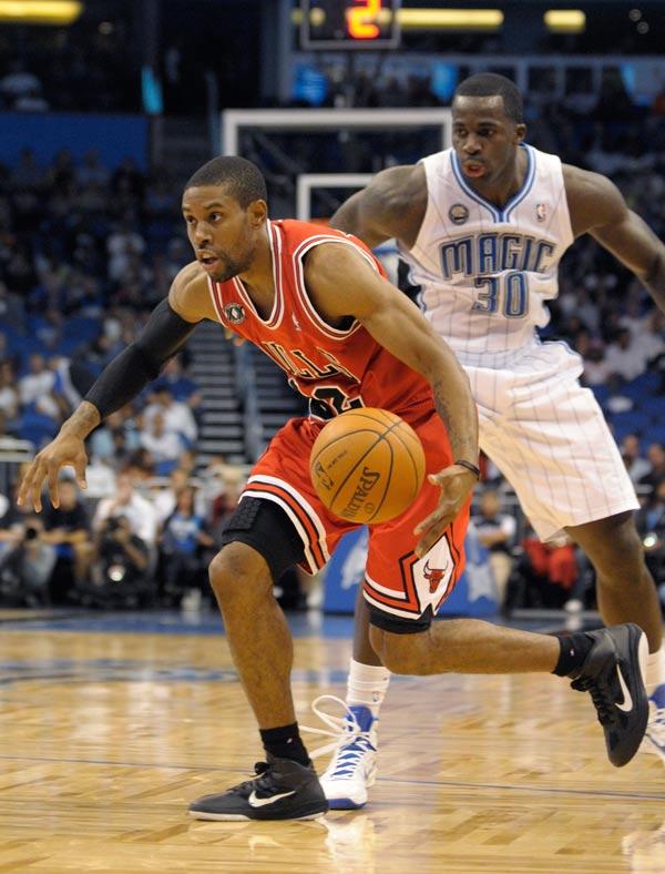 霍华德 沃特森 托马斯/图文:NBA季前赛魔术胜公牛 沃特森突破
