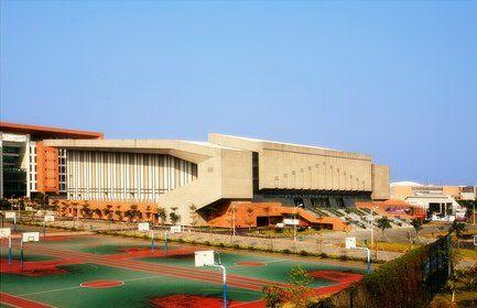 中山大学体育馆旁边是篮球场
