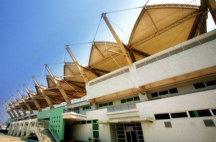 广州中医药大学体育场看台背面