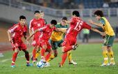 图文:[亚青赛]朝鲜3-2澳大利亚 双方球员拼抢
