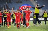 图文:[亚青赛]朝鲜3-2澳大利亚 朝鲜球员庆祝