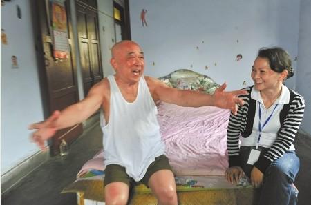 社区养老院工作人员上门服务,80岁的张大爷乐开怀