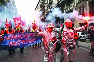 钢铁工人加入罢工潮。