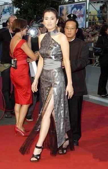 巩俐去做威尼斯电影节的评委,改良旗袍是巩俐不变的战衣,加上盘头发髻图片