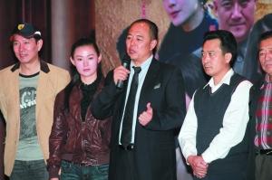 """演惯皇帝的张铁林(上图右),这次在《红军东征》中演毛泽东,他坦言有压力,同时他也承认向唐国强(圆图)""""取经"""""""
