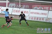 图文:[中超]辽宁1-1大连 杨宇狮子甩头