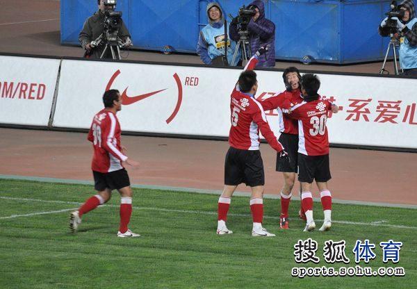 图文:[中超]辽宁1-1大连 队友上前狂摸杨宇