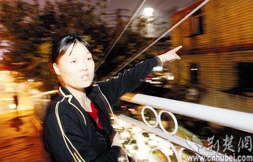 图为:王秀枝每日在天桥上苦守,望着对面的窗户。 记者程铭摄