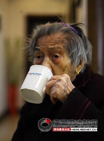 百岁老人彭竹秀的长寿秘诀是多喝水,多吃肉。 图 潇湘晨报滚动新闻记者 华剑
