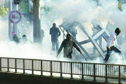 警方在巴黎郊外用橡胶子弹和催泪瓦斯驱散青年示威者