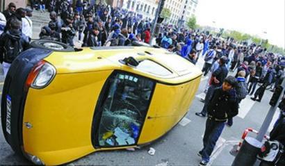 里昂中学生推翻一辆汽车