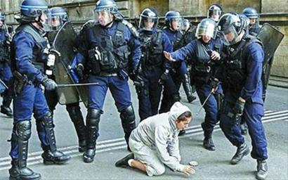 里昂防暴警察包围一名女性示威者