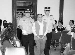 于兴昌步入法庭。