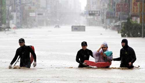 宜兰昨天雨量惊人,苏澳镇淹水严重,救护人员进入救援