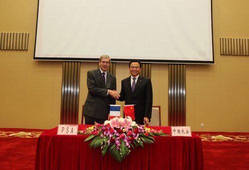 徐留平董事长与菲利普.瓦兰握手