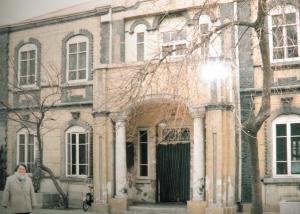 齐稚忠1988年在齐燮元旧居前留影
