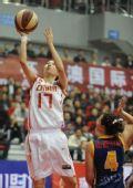 图文:女篮对抗赛中国胜澳大利亚 张伟投篮