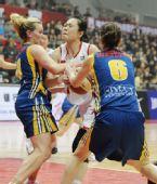 图文:女篮对抗赛中国胜澳大利亚 双方争抢