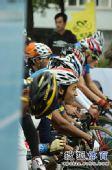图文:环太湖自行车赛开幕 车手等待发车