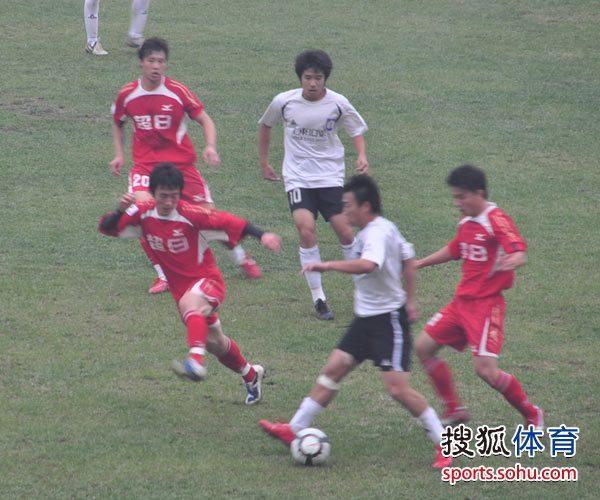 图文:[中甲]八喜0-0东亚 杜鑫带球遭围剿