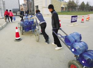 商家给学生们送桶装水  记者 施忠威 摄