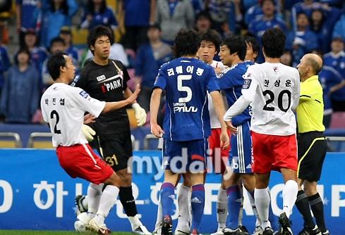 01李玮峰夺2010韩国足协杯冠军