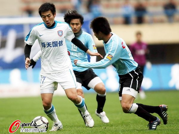 图文:[中超]大连1-0江苏 吕鹏防守秦升