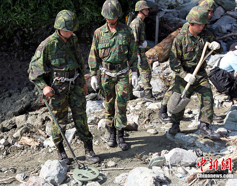 高清:苏花公路塌方最严重处旅游车陷泥石中组