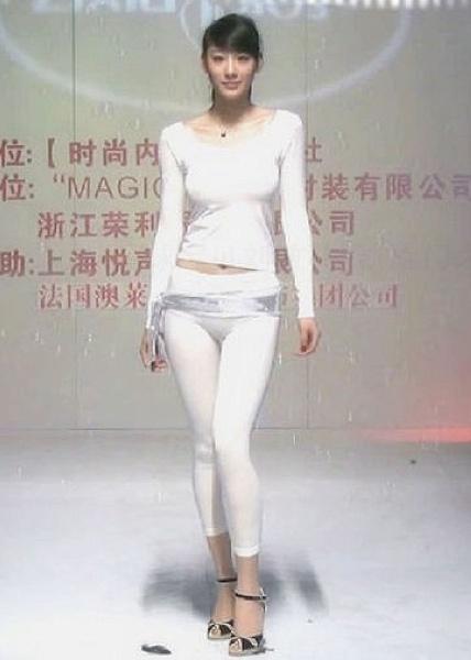 凭借凯旋门之约内衣秀的出色走秀,足球宝贝刘敏林迅速穿红网络,其优美妹妹姐姐图片情趣图片