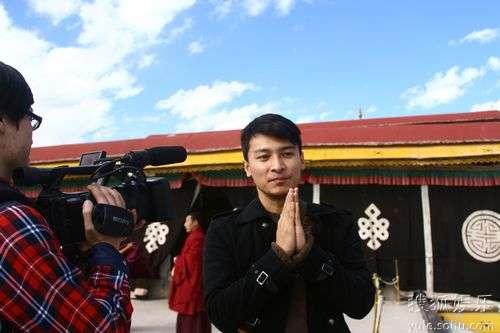 贺刚深入西藏做公益