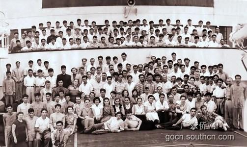 吴锐成 华博/吴锐成代表省华侨博物馆接受胡坚毅(右2)捐赠历史老照片