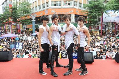 1025-LOLLIPOP F首场签唱会吸引3000歌迷捧场