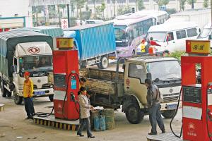 图为昨日上午在汉口一加油站里车辆排起了长龙。记者 王翮 摄