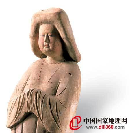 1955年陕西省西安市高楼村盛唐时期墓葬出土的这件女俑是唐代妇女体态丰盈、衣着露胸的代表(供图/文物出版社)。右页图为韩熙载夜宴图(局部),绘制的是唐代之后的南唐景象,图中箫笛合奏的伎女已经变得瘦削,衣着也趋于保守了(供图/故宫博物院)。