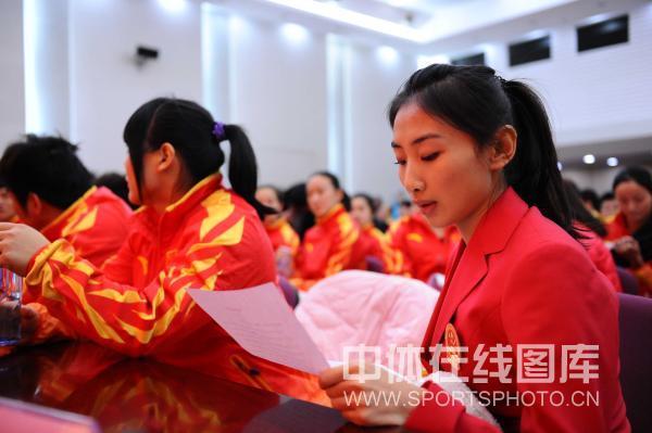 图文:广州亚运中国代表团成立 蹦床选手何雯娜