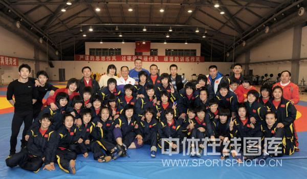 图文:中国女子摔跤队备战亚运 摔跤队全家福