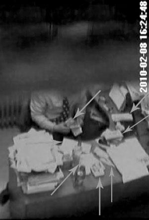 一男子正在数钱。举报人称该男子为北京肿瘤医院医生。视频截图