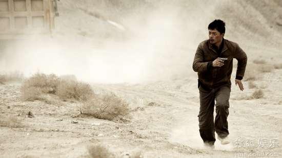 段奕宏在大漠飞沙中驰骋
