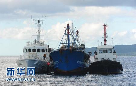 资料图片:2010年9月12日,日本海上保安厅的两艘巡逻船将中国渔船夹在中间。当天,日本海上保安厅将中国渔船拖到冲绳县石垣港附近海域进行了模拟海上作业检查。 新华社记者 季春鹏 摄