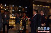 图文:[中超]鲁能庆功宴 喷香槟庆祝