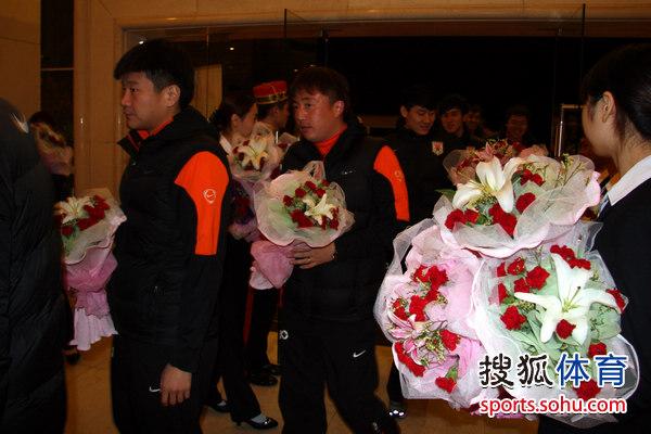 图文:[中超]鲁能庆功宴 球员手持花束