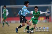 图文:[中超]北京2-1大连 杨昊防守