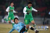 图文:[中超]北京2-1大连 积极拼抢