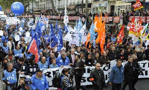 当天,参加游行的民众比以往有所减少,但仍有数万人参加。 (贡萨洛摄)