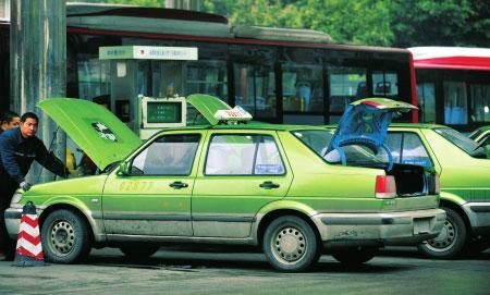 出租车和公交车在成都科华南路加气站加气